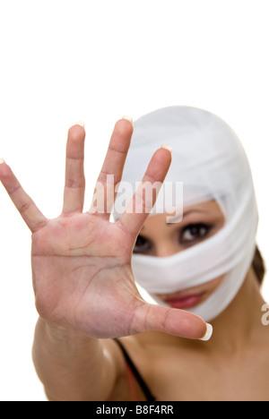 Frau mit dem Kopf bandagiert drängen die Paparazzi entfernt - Stockfoto