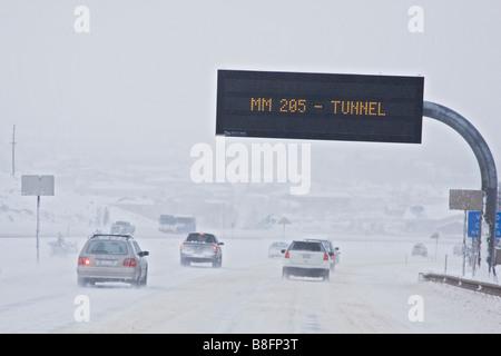 Autos fahren auf Schnee bedeckt Interstate 70 in der Nähe von Vail Colorado - Stockfoto