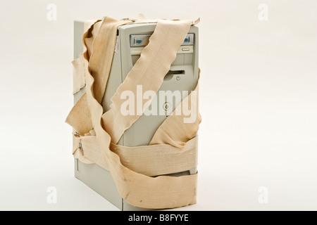 Tower-Style-Computer in ein Ass Verband gewickelt - Stockfoto
