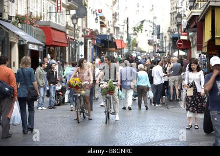 Junges Paar Biken auf der Velib® im Zentrum von Paris, Frankreich. - Stockfoto