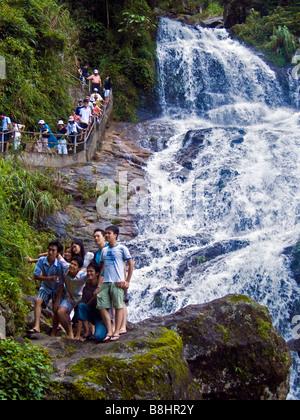 Gruppe von Touristen posieren für Foto vor Silber Wasserfall Sapa Vietnam JPH0191 - Stockfoto