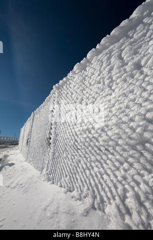 Natürlich Eis Skalen auf einem Maschendraht (Puy de Dôme - Frankreich) gesammelt. Ecailles de glace Formées Naturellement - Stockfoto