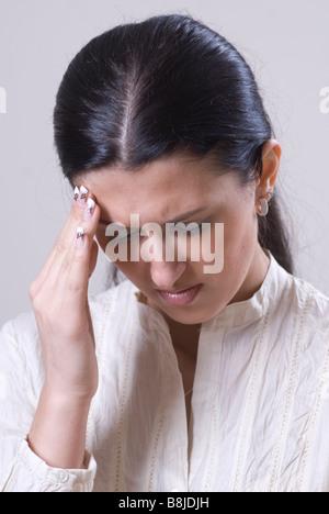 Frau hand auf der Stirn Schmerzen - Stockfoto