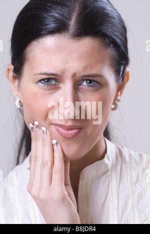 Frau mit Zahnschmerzen Blick in die Kamera - Stockfoto