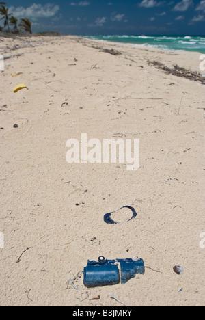 Plastikmüll angeschwemmt am weißen Sandstrand in der Nähe von Tulum Mexiko. - Stockfoto