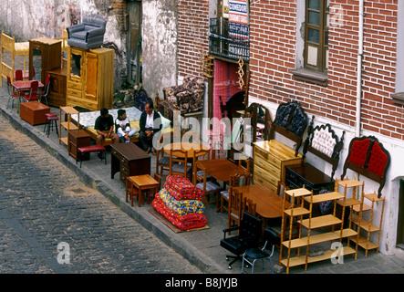 Ecuadorans, ecuadorianischen Volk, an Möbelhaus arbeiten, Flohmarkt, La Ronda Bezirk, Quito, Provinz Pichincha, - Stockfoto