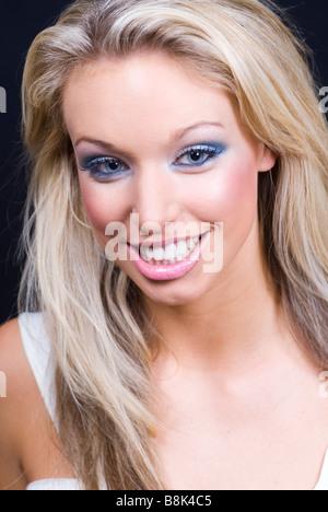 Schöne junge Frau mit einem großen Lächeln - Stockfoto