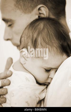 Liebevoller Vater und Schlafen baby boy. Indien - Stockfoto