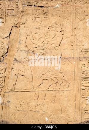 Nubische Gefangene in Handschellen. Kleine Tempel von Ramses II, Beit el-Wadi, New Kalabscha Island, Assuan, Ägypten - Stockfoto