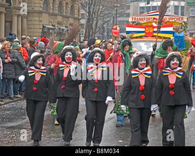 Frankfurt am Main am Kaiserplatz Karneval mit fünf Frauen als clowns - Stockfoto