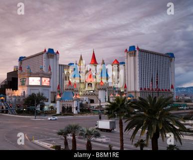 Dunkle Wolken über dem Excalibur Hotel und Casino auf dem Las Vegas strip, Nevada, USA - Stockfoto