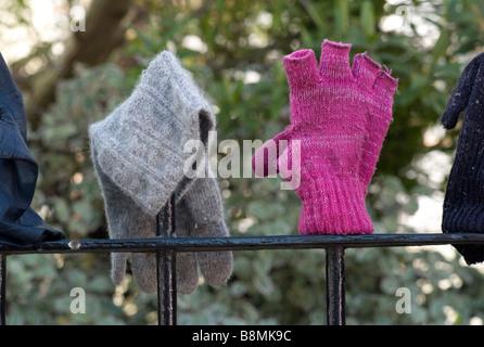 Verloren Handschuhe auf einem Geländer UK - Stockfoto