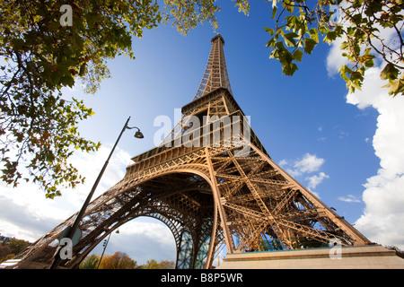Umgeben von herbstlichen Bäume Paris Eiffelturm Frankreich - Stockfoto