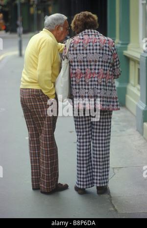Ältere Senioren amerikanisches Ehepaar in London Blick auf eine Karte tragen typische Mode der Zeit Circa 1975 - Stockfoto