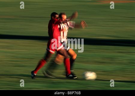 Fußball-Spieler kämpfen um den ball - Stockfoto
