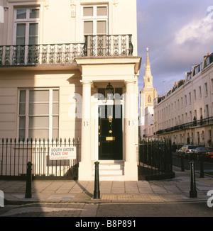 South Eaton Place street sign, schwarze Tür und teuren Wohnungen im Herbst sonnenschein Eaton Square, Belgravia - Stockfoto