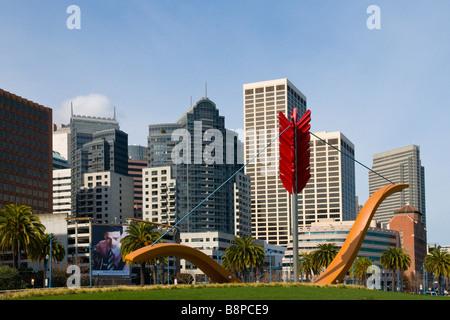 Große Skulptur von Pfeil und Bogen in Rincon Park mit Skyline von San Francisco im Hintergrund - Stockfoto