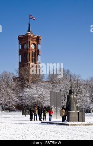 Schneelandschaft bei Marx und Engels Skulptur Hintergrund Rote Rathaus Berlin Mitte - Stockfoto