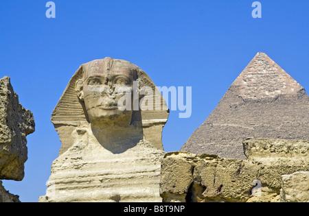 Die große Sphinx von Gizeh in Ägypten. Die größte monolithische Statue der Welt. Im Hintergrund ist Chephrens-Pyramide - Stockfoto