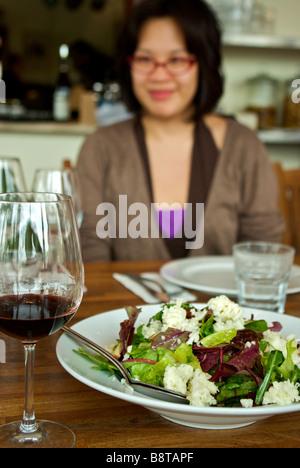 Probe-Glas Rotwein für Weinproben und Salat in kleine Familie besaß Tishbi Estate Winery - Stockfoto