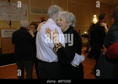 Paare, verheiratet seit fünfzig Jahren oder länger zu sammeln, in das Marriott Hotel in Brooklyn in New York - Stockfoto