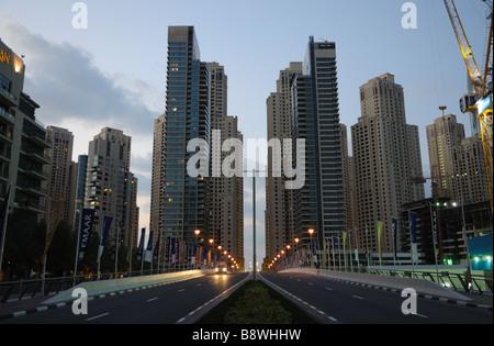 Straße in der Dubai Marina in der Abenddämmerung, Vereinigte Arabische Emirate - Stockfoto