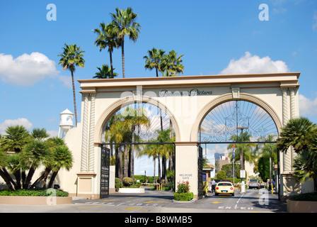 Eingang zu Paramount Studios, Melrose Avenue, Hollywood, Los Angeles, California, Vereinigte Staaten von Amerika - Stockfoto