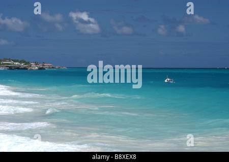 Paare, die in das Wasser auf der Crane Beach, Barbados in der Karibik - Stockfoto