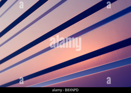 Gewellten blauen Blech Muster auf Sonnenuntergang. - Stockfoto
