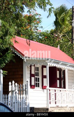 Ein Haus im typischen karibischen Farben in Orange Stadt auf der Insel Saint Eustache in den niederländischen Antillen - Stockfoto