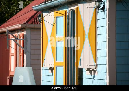 2 Häuser im typischen karibischen Farben in Orange Stadt auf der Insel Saint Eustache in den niederländischen Antillen - Stockfoto