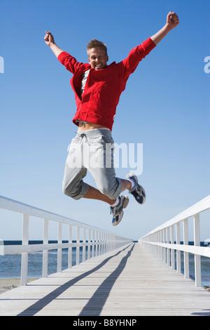 Ein Mann springt Skane Malmö Schweden. - Stockfoto