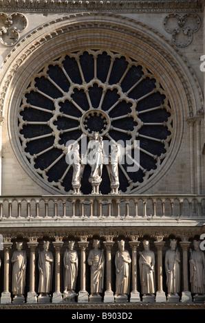 Rosette von Notre-Dame mit Aposteln, Paris, Frankreich - Stockfoto