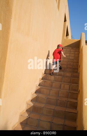 Ein Junge läuft die Treppe Griechenland. - Stockfoto