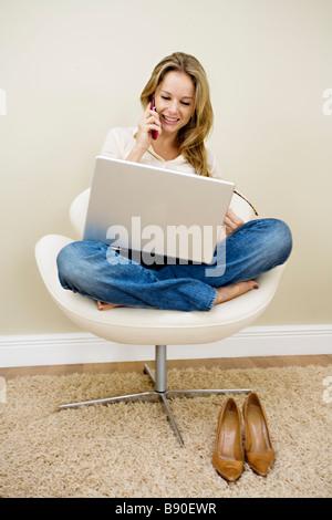 Eine Frau mit einem Laptop. - Stockfoto