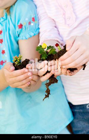 Zwei Mädchen mit Blumen. - Stockfoto