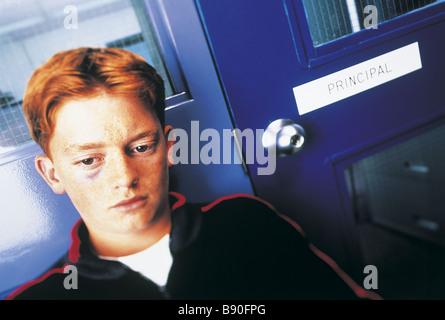 FL2762, BSE-STUDIO; Junge schwarze Auge warten draußen PrincipalÌs fice - Stockfoto