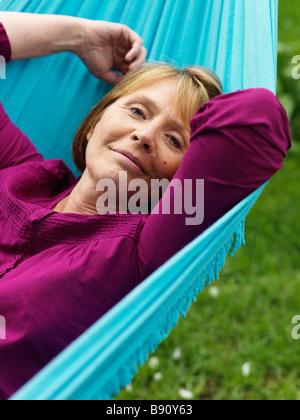 Porträt einer Frau in einer Hängematte Schweden. - Stockfoto