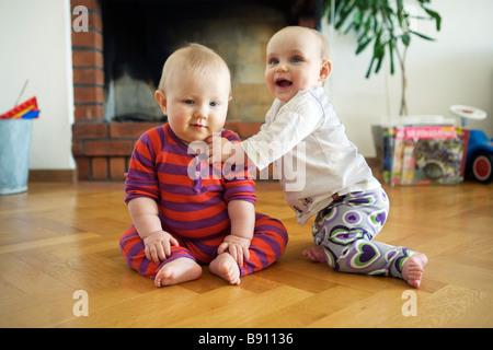 Einen jungen und ein Mädchen spielen Schweden. - Stockfoto