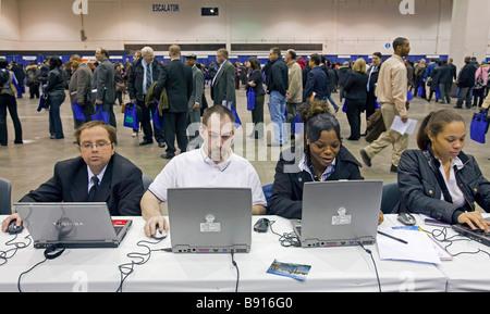 Arbeitslose suchen Arbeit an Jobmesse - Stockfoto