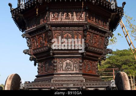 Holz Schnitzerei des Tempels Auto (Wagen) für den Transport von Idolen der Hindu-Götter an Festtagen. - Stockfoto