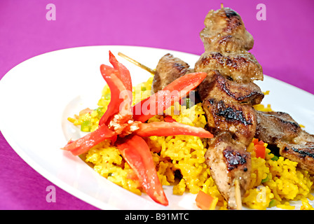 Satay Huhn mit Curry-Reis - Stockfoto