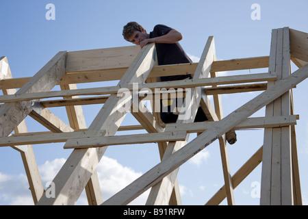 Ein Grat Brett zwischen zwei Dachboden Traversen Befestigung. - Stockfoto