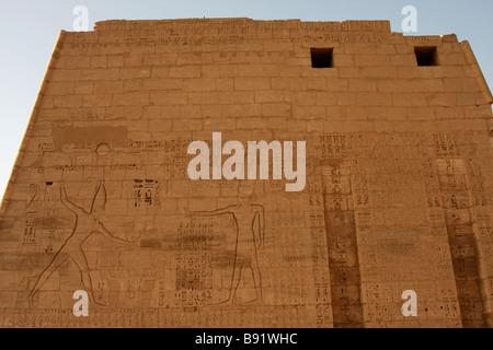 """Linderung von Ramses III töten Feinde und Gott Amun geschnitzt auf ersten Pylon [Medinet Habu] Tempel, """"West Bank"""", - Stockfoto"""