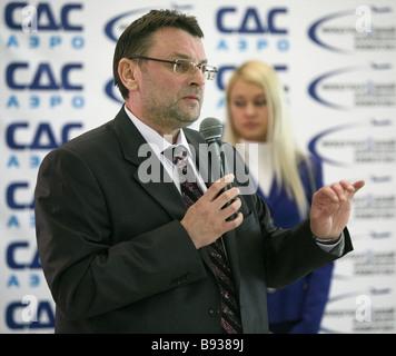 Vladislav Kalmykov Generaldirektor der erste Leasing Luftfahrt bei der Präsentation des Il 114 100 Flugzeugs bei - Stockfoto