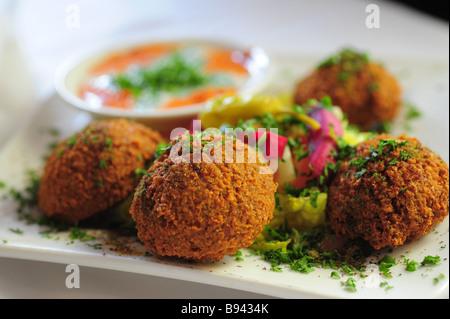 Falafel und Tahini dipping sauce Nahost Nahrungsmittel - Stockfoto