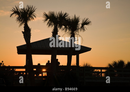 Silhouette Menschen Sonnenuntergang am Boardwalk am Nokomis Beach in Floridaa - Stockfoto