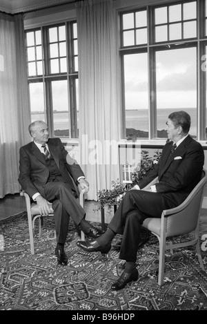 Generalsekretär der KPdSU zentralen Ausschuss Mikhail Gorbachev rechts und U S Präsident Ronald Reagan verließ während - Stockfoto