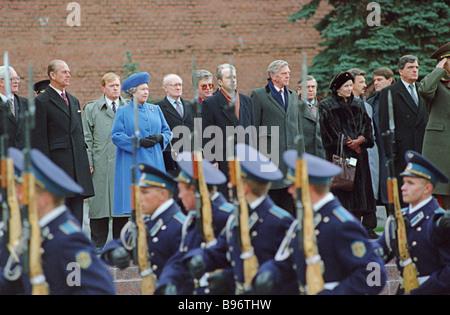 Königin Elizabeth II. von Großbritannien und Prinz Philip Herzog von Edinburgh während einer Zeremonie zur Kranzniederlegung am Grab von der