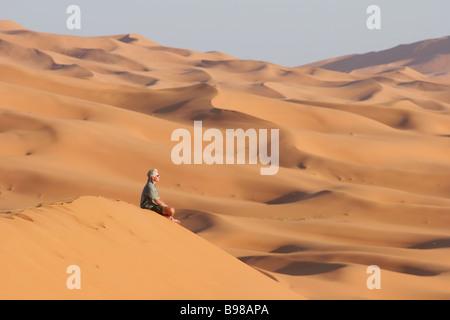 Ein Tourist sitzt unter der Erg Chebbi-Sandunes im östlichen Marokko bei Sonnenuntergang 14 3 2006 Foto von Fabio - Stockfoto